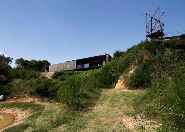 Архитекторы бюро Archie спроектировали оригинальный недорогой дом из старых бетонных блоков