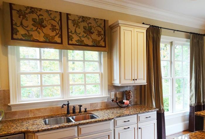 Короткие шторы и их значение в дизайне интерьера в фото