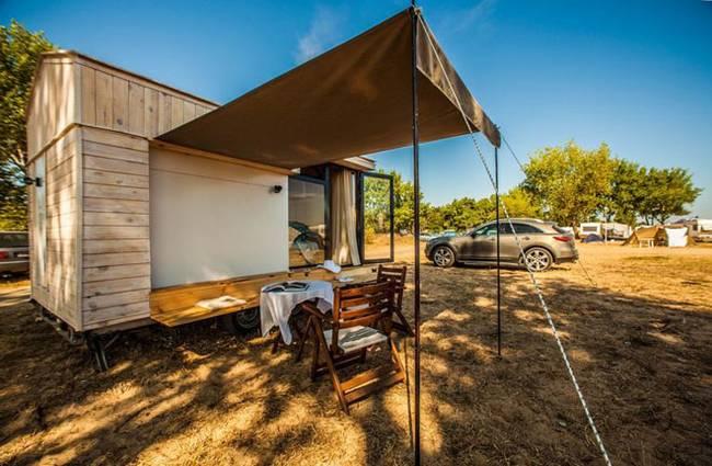 Минималистский дом на колёсах для семейного отдыха на природе