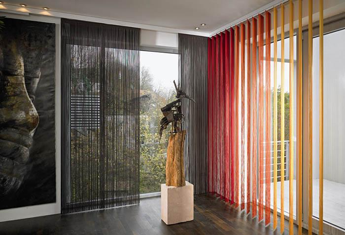 Шторы-нити – уникальный вариант декорирования окна в фото
